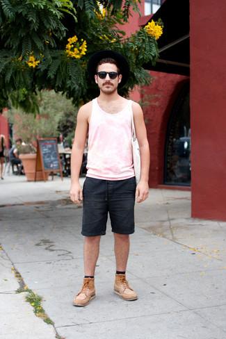 Как и с чем носить: розовая майка, черные джинсовые шорты, светло-коричневые кожаные повседневные ботинки, белая большая сумка из плотной ткани