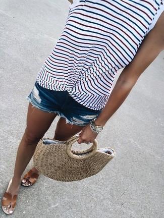 Светло-коричневая соломенная большая сумка: с чем носить и как сочетать: Белая майка в горизонтальную полоску и светло-коричневая соломенная большая сумка позволят создать несложный и функциональный лук для выходного в парке или похода по магазинам. Сбалансировать наряд и добавить в него толику классики позволят коричневые кожаные сандалии на плоской подошве.