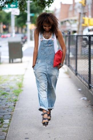Как и с чем носить: белая майка, голубые джинсовые штаны-комбинезон, черные кожаные босоножки на каблуке, красный кожаный клатч