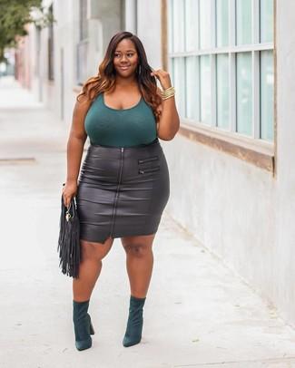 Как и с чем носить: темно-бирюзовая майка, черная кожаная юбка-карандаш, темно-зеленые замшевые ботильоны, черный кожаный клатч c бахромой