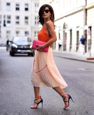 Как и с чем носить: оранжевая шелковая майка, оранжевая шифоновая юбка-миди со складками, разноцветные кожаные босоножки на каблуке, ярко-розовая кожаная сумка через плечо