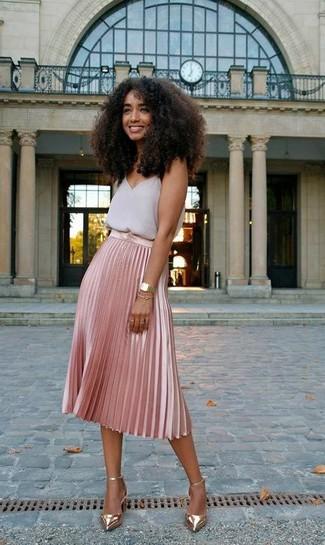 Как и с чем носить: серая шифоновая майка, розовая юбка-миди со складками, золотые кожаные туфли, золотые часы