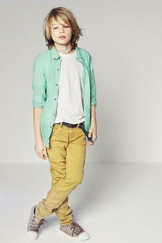 Как и с чем носить: мятная рубашка с длинным рукавом, белая футболка, горчичные брюки, серые кеды