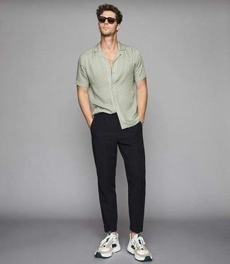 Разноцветные кроссовки: с чем носить и как сочетать мужчине: Современным мужчинам, которые хотят держать руку на пульсе последних тенденций, советуем обратить внимание на это сочетание мятной рубашки с коротким рукавом с принтом и черных брюк чинос. Такой ансамбль несложно адаптировать к повседневным реалиям, если надеть в сочетании с ним разноцветные кроссовки.