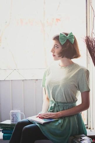 Как и с чем носить: мятная футболка с круглым вырезом, зеленая короткая юбка-солнце, зеленый галстук-бабочка