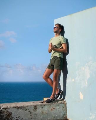 Как и с чем носить: мятная футболка с круглым вырезом, оливковые шорты, темно-синие топсайдеры из плотной ткани