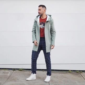 Как и с чем носить: мятный дождевик, темно-красный свитер с круглым вырезом с принтом, темно-синие брюки чинос в шотландскую клетку, белые высокие кеды