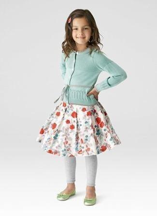 Как и с чем носить: мятный кардиган, белая юбка с цветочным принтом, серые леггинсы, зелено-желтые балетки
