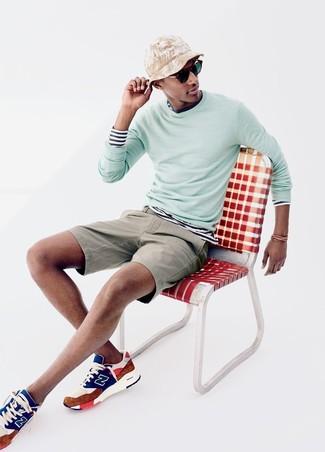 Как и с чем носить: мятный свитер с круглым вырезом, бело-темно-синяя футболка с длинным рукавом в горизонтальную полоску, бежевые шорты, разноцветные кроссовки