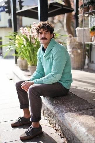 Темно-синяя рубашка с длинным рукавом: с чем носить и как сочетать мужчине: Примерь сочетание темно-синей рубашки с длинным рукавом и серых джинсов, и ты получишь модный непринужденный мужской ансамбль, который подойдет на каждый день. Пара темно-серых низких кед из плотной ткани поможет сделать образ более целостным.