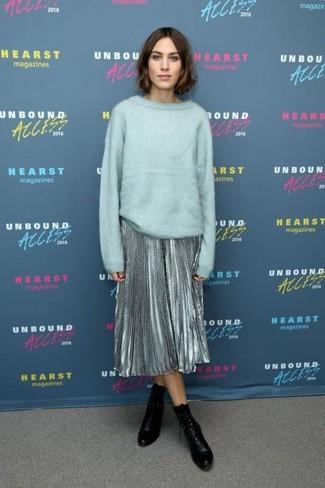 Как и с чем носить: мятный свободный свитер, серебряная юбка-миди со складками, черные кожаные ботильоны