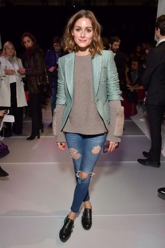 Как и с чем носить: мятный твидовый жакет, серый свитер с круглым вырезом, синие рваные джинсы скинни, черные кожаные монки с двумя ремешками