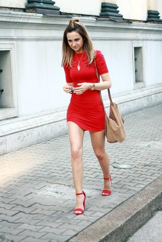 Как и с чем носить: красное облегающее платье, красные замшевые босоножки на каблуке, светло-коричневая замшевая сумка через плечо, золотая подвеска