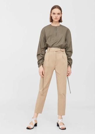 Как и с чем носить: оливковая блузка с длинным рукавом, светло-коричневые брюки-галифе, белые кожаные босоножки на каблуке