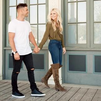 Как и с чем носить: оливковая блузка с длинным рукавом, темно-синие джинсы скинни, коричневые замшевые ботфорты