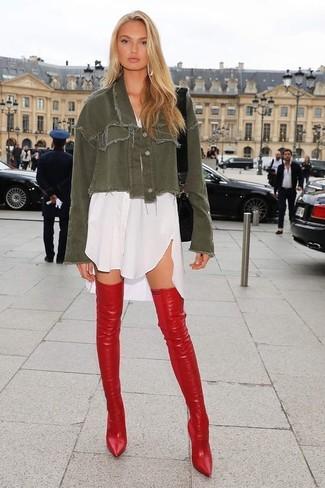 Как и с чем носить: оливковая джинсовая куртка, белое платье-рубашка, красные кожаные ботфорты, черная кожаная сумка через плечо