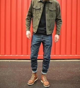 Как и с чем носить: оливковая джинсовая куртка, черная футболка с круглым вырезом, темно-синие джинсы, коричневые кожаные повседневные ботинки