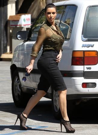 Как Kim Kardashian носит Оливковая классическая рубашка, Черные шорты-бермуды, Черные кожаные босоножки на каблуке