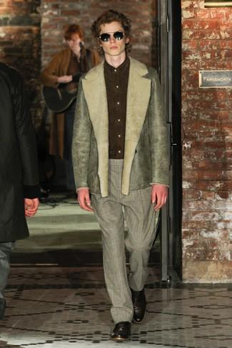 Модный лук: оливковая короткая дубленка, оливковая замшевая классическая рубашка, серые классические брюки в шотландскую клетку, темно-коричневые кожаные оксфорды