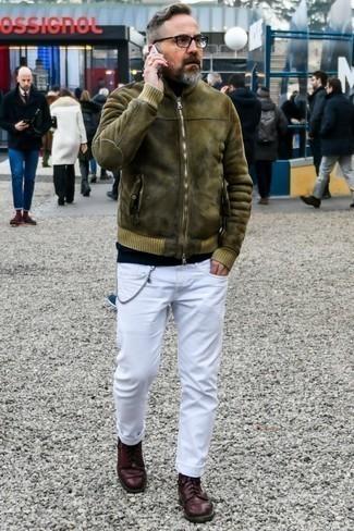 Белые джинсы: с чем носить и как сочетать мужчине: Оливковая короткая дубленка и белые джинсы — необходимые вещи в гардеробе джентльменов с чувством стиля. Если ты предпочитаешь смелые решения в своих образах, дополни этот темно-красными кожаными туфлями дерби.