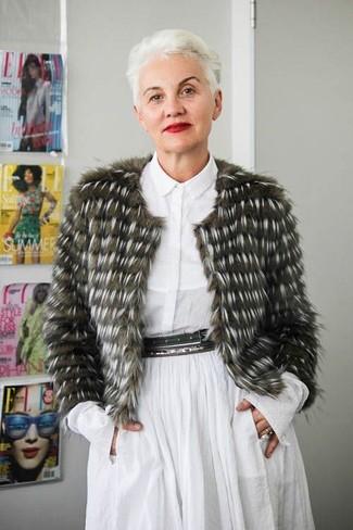 Как одеваться женщине за 50: Оливковая короткая шуба и белое платье-рубашка — must have вещи в гардеробе девушек с отменным вкусом в одежде.