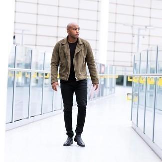Мужские луки: Сочетание оливковой замшевой косухи и черных джинсов не прекращает импонировать стильным джентльменам. Хочешь привнести в этот наряд нотку классики? Тогда в качестве дополнения к этому луку, обрати внимание на черные кожаные ботинки челси.