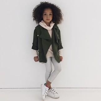 Как и с чем носить: оливковая куртка, бежевый свитер, белые леггинсы, белые кеды