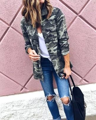 Как и с чем носить: оливковая куртка в стиле милитари с камуфляжным принтом, белая футболка с v-образным вырезом, синие рваные джинсы скинни, черная замшевая сумка-саквояж