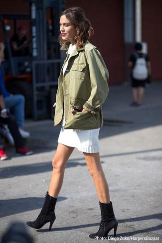 Как Alexa Chung носит Оливковая куртка в стиле милитари, Белое платье-свитер, Черные замшевые ботильоны