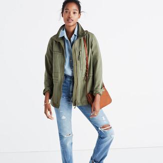Как и с чем носить: оливковая куртка в стиле милитари, голубая классическая рубашка из шамбре, голубые рваные джинсы-бойфренды, светло-коричневая кожаная сумка через плечо