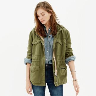 Как и с чем носить: оливковая куртка в стиле милитари, голубая классическая рубашка из шамбре, темно-синие джинсы скинни