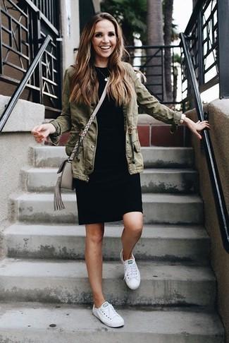 Модный лук: оливковая куртка в стиле милитари, черное платье-футляр, белые низкие кеды, серая кожаная сумка через плечо