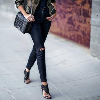 Как и с чем носить: оливковая куртка в стиле милитари с камуфляжным принтом, черные рваные джинсы скинни, черные кожаные босоножки на каблуке, черная кожаная стеганая сумка через плечо