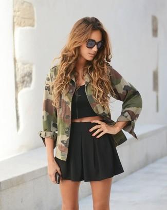 Как и с чем носить: оливковая куртка в стиле милитари с камуфляжным принтом, черный укороченный топ, черная короткая юбка-солнце, темно-коричневые солнцезащитные очки с леопардовым принтом