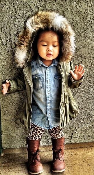 Как и с чем носить: оливковая куртка, голубая джинсовая классическая рубашка, светло-коричневые леггинсы с леопардовым принтом, коричневые ботинки