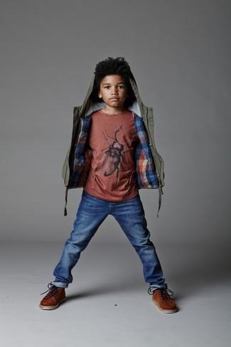 Как и с чем носить: оливковая куртка, красная футболка, синие джинсы, коричневые ботинки