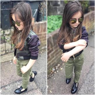 Как и с чем носить: оливковая куртка с камуфляжным принтом, оливковые джинсы, черные лоферы, оливковые солнцезащитные очки