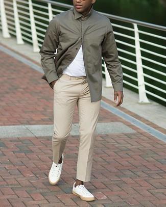 Мужские луки: Сочетание оливковой куртки-рубашки и бежевых брюк чинос поможет выглядеть по моде, но при этом выразить твою индивидуальность. Чтобы ансамбль не получился слишком претенциозным, можно закончить его белыми низкими кедами из плотной ткани.