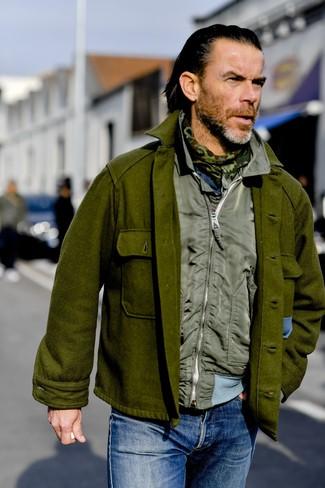 Как и с чем носить: оливковая шерстяная куртка-рубашка, оливковая куртка без рукавов, синие джинсы, оливковый шарф с камуфляжным принтом