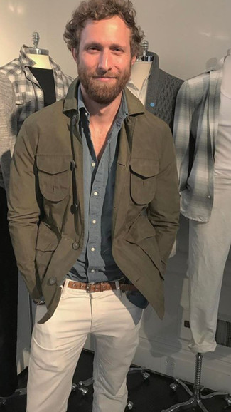 Как и с чем носить: оливковая куртка-рубашка, серая рубашка с длинным рукавом, белые джинсы, коричневый кожаный ремень