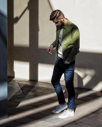 Как и с чем носить: оливковая куртка-рубашка, серый свитшот с принтом, темно-синие джинсы, белые низкие кеды