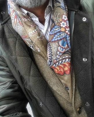 """Как и с чем носить: оливковая стеганая куртка с воротником и на пуговицах, коричневый шерстяной пиджак с узором """"в ёлочку"""", белая классическая рубашка в вертикальную полоску, оливковый шарф с принтом"""