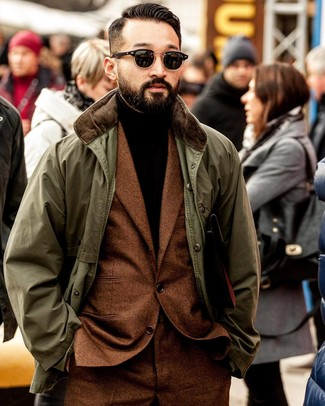 Как и с чем носить: оливковая куртка с воротником и на пуговицах, табачный шерстяной костюм, темно-коричневая водолазка, черные солнцезащитные очки