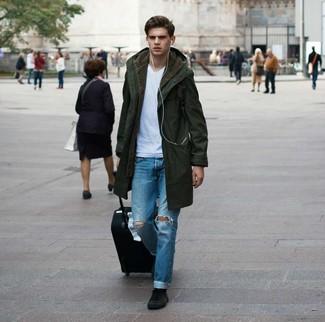 Как и с чем носить: оливковая парка, белая футболка с v-образным вырезом, синие рваные джинсы, черные замшевые высокие кеды
