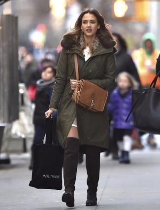 Как и с чем носить: оливковая парка, белое платье-свитер, светло-коричневый кожаный укороченный топ, темно-коричневые замшевые ботфорты
