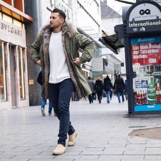 Как и с чем носить: оливковая парка, белый свитер с круглым вырезом, темно-синие джинсы, бежевые замшевые ботинки челси