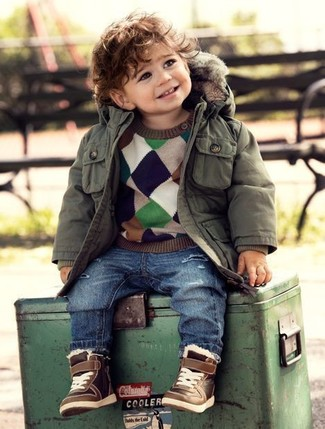 Как и с чем носить: оливковая парка, разноцветный свитер, синие джинсы, коричневые кеды