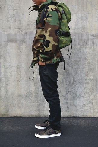 Как и с чем носить: оливковая парка с камуфляжным принтом, черные джинсы, оливковый рюкзак с камуфляжным принтом