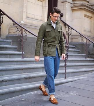 Как и с чем носить: оливковая льняная полевая куртка, белая рубашка с длинным рукавом, синие джинсы, табачные замшевые лоферы