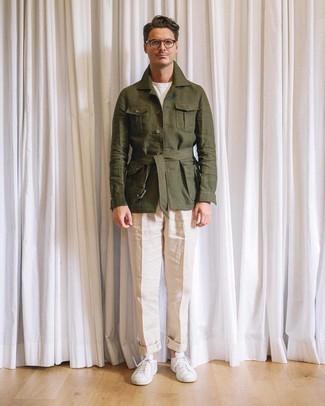 Как и с чем носить: оливковая льняная полевая куртка, белая футболка с круглым вырезом, бежевые льняные классические брюки, белые низкие кеды